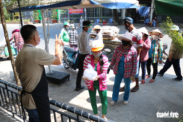 Biến nhà hàng thành quán cơm dã chiến phục vụ người nghèo - Ảnh 6.