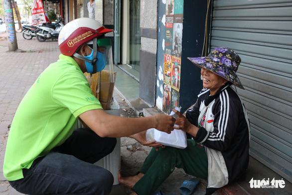 Biến nhà hàng thành quán cơm dã chiến phục vụ người nghèo - Ảnh 5.