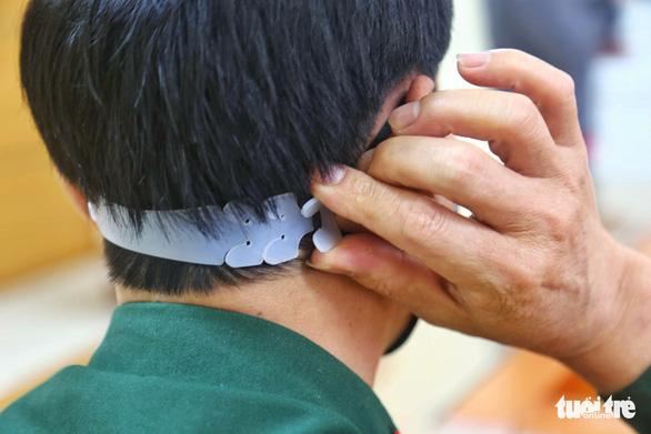 Chế tai giả tặng y bác sĩ tuyến đầu chống dịch COVID-19 - Ảnh 1.