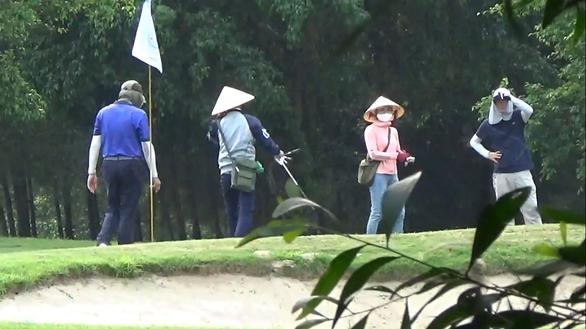 Chỉ đạo kiểm tra vụ nhóm người chơi golf ở Cửa Lò trong ngày cách ly xã hội - Ảnh 1.