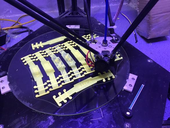 Sinh viên in 3D thiết bị giúp giảm đau khi đeo khẩu trang - Ảnh 2.