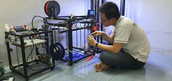 Sinh viên in 3D thiết bị giúp giảm đau khi đeo khẩu trang - Ảnh 1.
