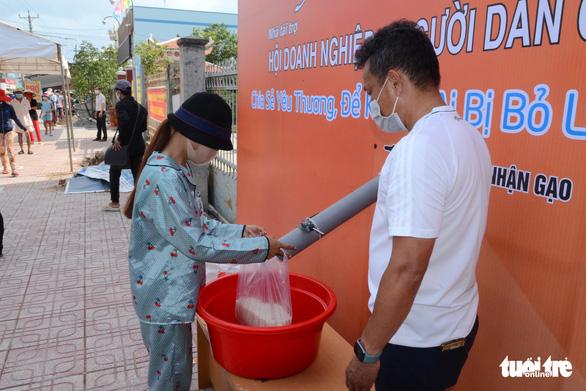Tiền Giang có ATM phát gạo, trứng, bột ngọt... miễn phí cho người nghèo - Ảnh 1.