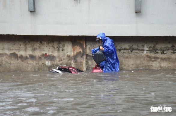 Rào thêm một đoạn đường Nguyễn Hữu Cảnh để thi công chống ngập - Ảnh 1.