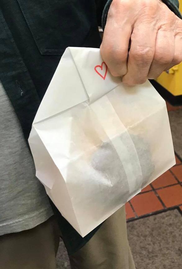 Chi 1.000 USD mua một chiếc bánh vòng để cứu tiệm bánh khỏi phá sản - Ảnh 1.