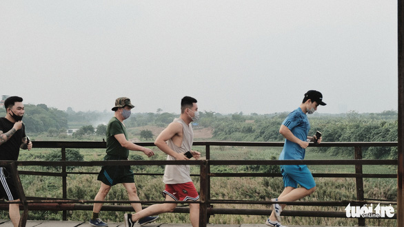 Người Hà Nội ra đường tập thể dục, câu cá sau khi gia hạn cách ly xã hội - Ảnh 2.