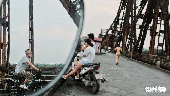 Người Hà Nội ra đường tập thể dục, câu cá sau khi gia hạn cách ly xã hội - Ảnh 1.