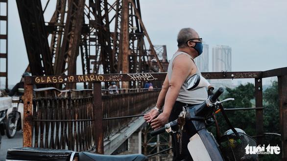 Người Hà Nội ra đường tập thể dục, câu cá sau khi gia hạn cách ly xã hội - Ảnh 5.