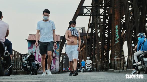Người Hà Nội ra đường tập thể dục, câu cá sau khi gia hạn cách ly xã hội - Ảnh 6.