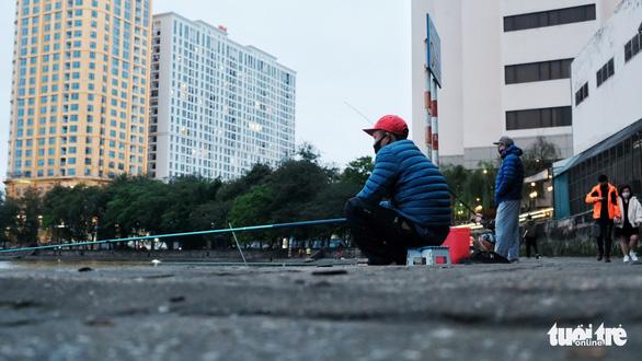 Người Hà Nội ra đường tập thể dục, câu cá sau khi gia hạn cách ly xã hội - Ảnh 7.