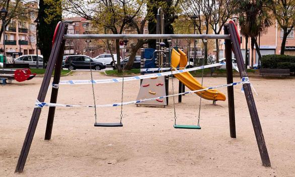 Tây Ban Nha phải cho trẻ em ra khỏi nhà vì căng thẳng trong mùa dịch - Ảnh 2.
