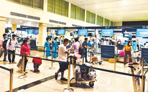 Giá vé máy bay Hà Nội - TP.HCM tăng cao, gấp 4-5 lần trước đây - Ảnh 1.