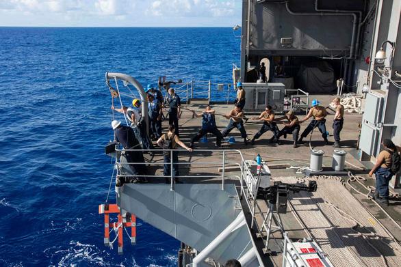 Mỹ sơ tán hàng ngàn thủy thủ khỏi tàu sân bay vì COVID-19 - Ảnh 1.