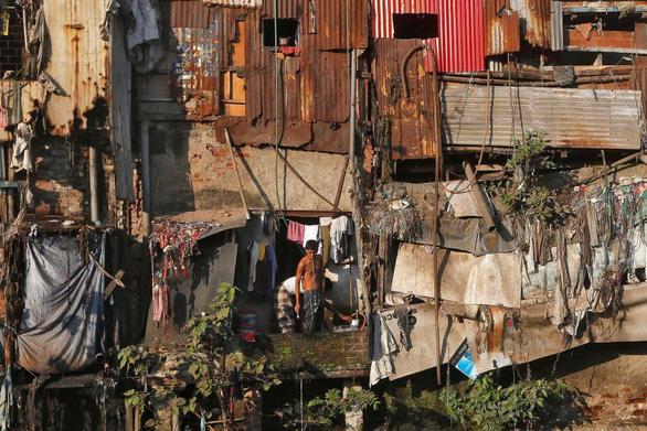 Ấn Độ phát hiện ca COVID-19 đầu tiên tại khu ổ chuột lớn nhất nước - Ảnh 1.