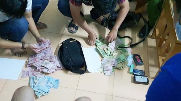 Cướp ngân hàng để trả nợ, biết không trốn được nên đầu thú - Ảnh 2.