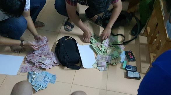 Bắt được 2 đối tượng dùng dao uy hiếp nhân viên ngân hàng cướp 200 triệu đồng - Ảnh 1.