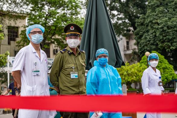 Hà Nội phát hiện ca mắc COVID-19 sau 23 ngày khám ở Bạch Mai - Ảnh 2.