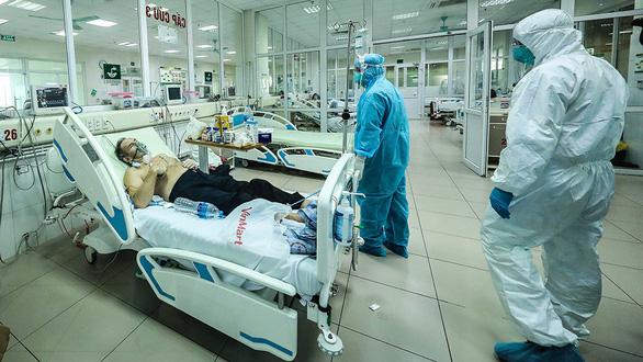 Đội ngũ y tế căng mình vì sự sống - Ảnh 2.