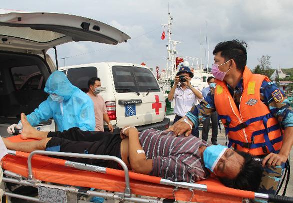 Cứu 5 thuyền viên bị ngạt khí trên biển - Ảnh 1.