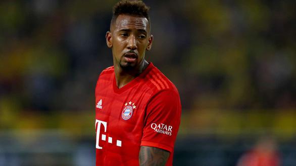 Đi thăm con đang bệnh, Jerome Boateng vừa gặp tai nạn, vừa bị Bayern phạt - Ảnh 1.