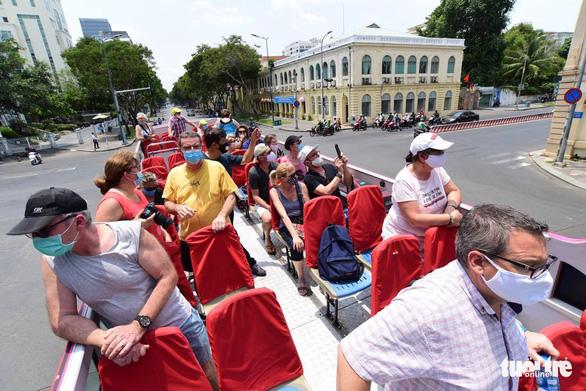 Du khách nước ngoài đang kẹt ở Việt Nam làm thủ tục gia hạn thế nào? - Ảnh 1.