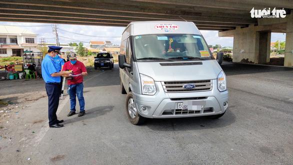 Kiểm tra các cửa ngõ: buộc hơn 70 phương tiện chở khách sắp vào TP.HCM quay đầu - Ảnh 2.