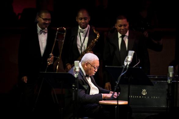 Giải Grammy Adam Schlesinger và biểu tượng Jazz Ellis Marsalis Jr. qua đời vì COVID-19 - Ảnh 4.