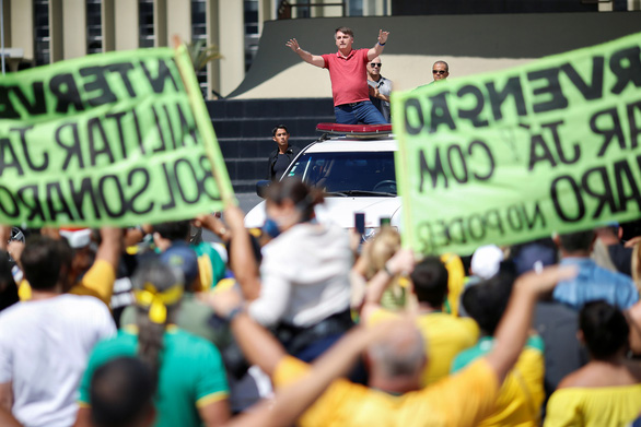 Tổng thống Brazil biểu tình phản đối chỉ thị ở nhà của các thống đốc - Ảnh 1.