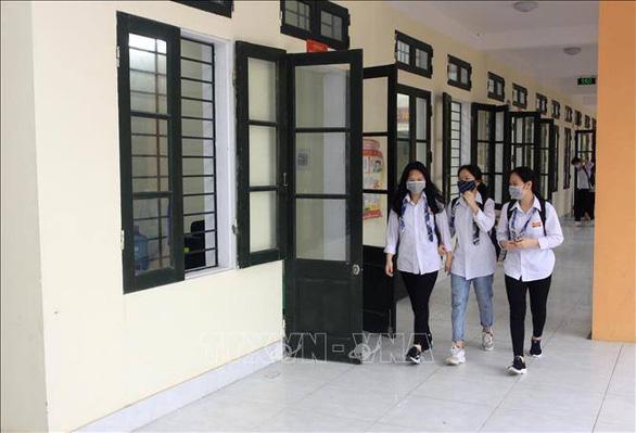 Học sinh Cà Mau trở lại trường, ngồi cách 2 mét, Thái Bình ngồi như cũ - Ảnh 9.