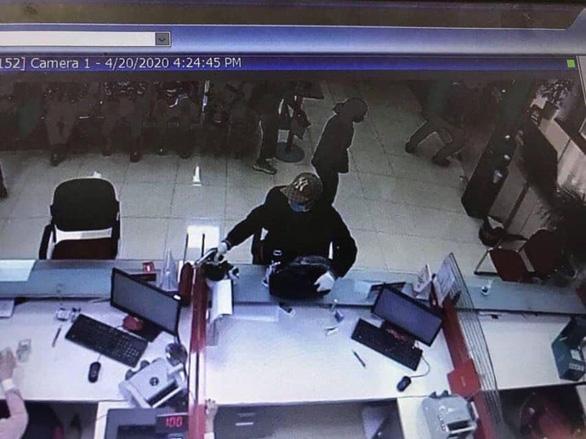 Nghi phạm cầm súng cướp ngân hàng ở Sóc Sơn ra đầu thú - Ảnh 1.