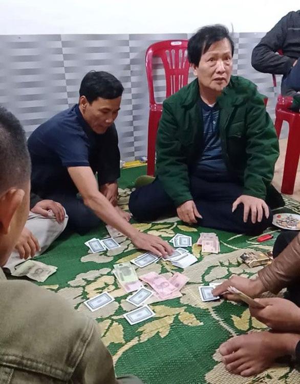 Cách chức chủ tịch xã đánh bài khi trực COVID-19 - Ảnh 1.