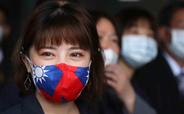 Đài Loan phát khẩu trang miễn phí cho dân nhờ tự lực sản xuất - Ảnh 1.