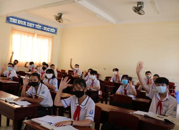 Học sinh Cà Mau trở lại trường, ngồi cách 2 mét, Thái Bình ngồi như cũ - Ảnh 1.