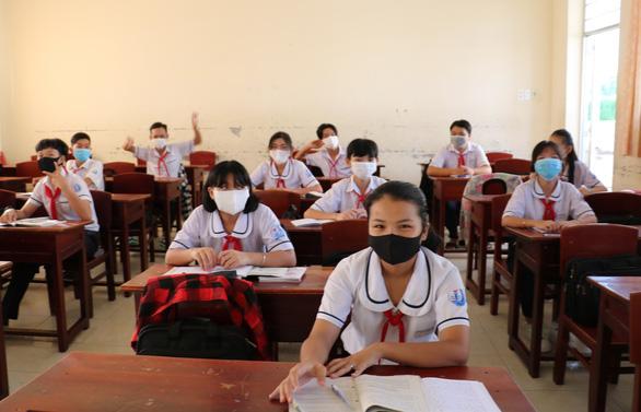 Học sinh Cà Mau trở lại trường, ngồi cách 2 mét, Thái Bình ngồi như cũ - Ảnh 7.