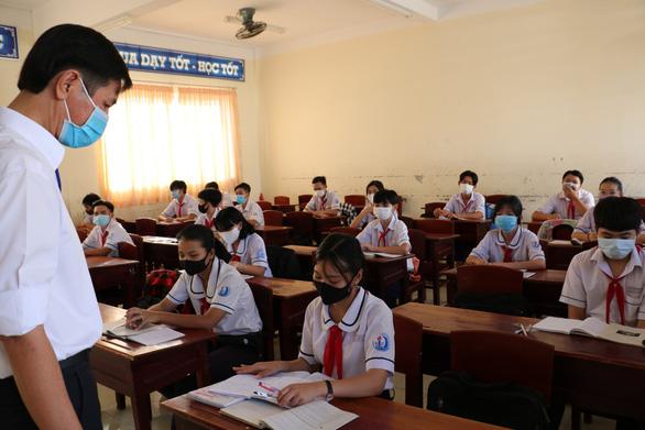 Học sinh Cà Mau trở lại trường, ngồi cách 2 mét, Thái Bình ngồi như cũ - Ảnh 8.