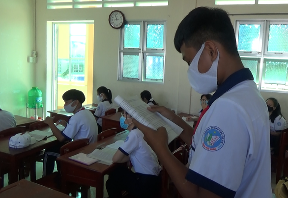 Học sinh Cà Mau trở lại trường, ngồi cách 2 mét, Thái Bình ngồi như cũ - Ảnh 3.