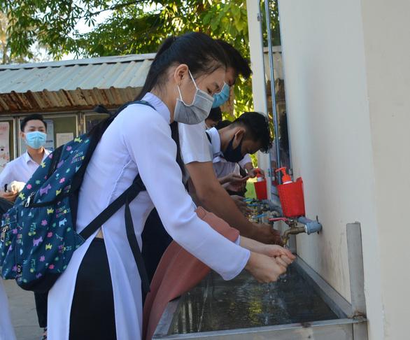 Học sinh Cà Mau trở lại trường, ngồi cách 2 mét, Thái Bình ngồi như cũ - Ảnh 4.