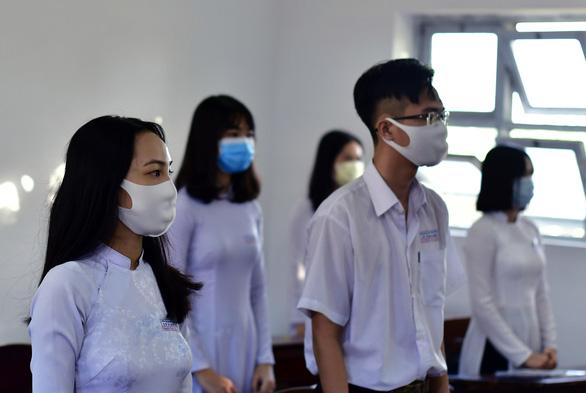 Học sinh Cà Mau trở lại trường, ngồi cách 2 mét, Thái Bình ngồi như cũ - Ảnh 6.