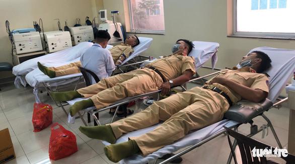 Nhóm CSGT hiến máu cứu người trong mùa dịch COVID-19 - Ảnh 1.