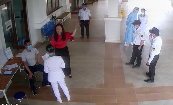 Khởi tố người đấm bảo vệ bệnh viện khi được đề nghị đo thân nhiệt - Ảnh 1.