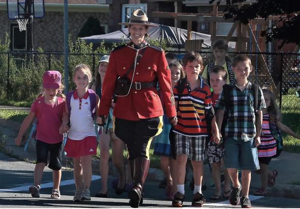 Hung thủ lái xe cảnh sát, xả súng giết người ở Canada, ít nhất 16 người chết - Ảnh 2.