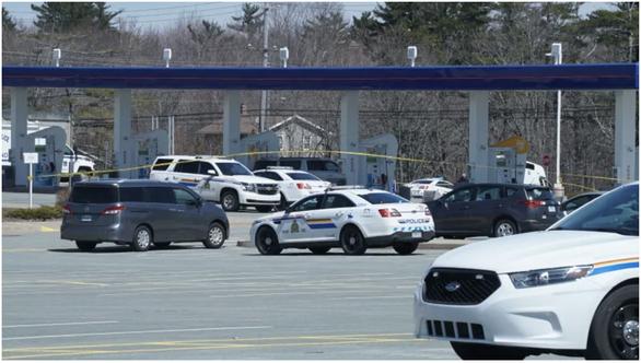 Hung thủ lái xe cảnh sát, xả súng giết người ở Canada, ít nhất 16 người chết - Ảnh 1.