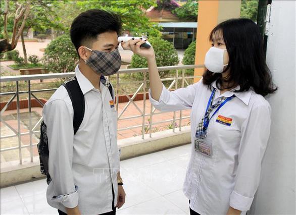 Học sinh Cà Mau trở lại trường, ngồi cách 2 mét, Thái Bình ngồi như cũ - Ảnh 12.
