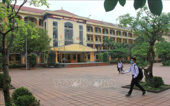 Học sinh Cà Mau trở lại trường, ngồi cách 2 mét, Thái Bình ngồi như cũ - Ảnh 11.