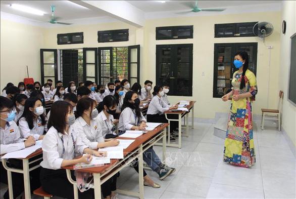 Học sinh Cà Mau trở lại trường, ngồi cách 2 mét, Thái Bình ngồi như cũ - Ảnh 10.