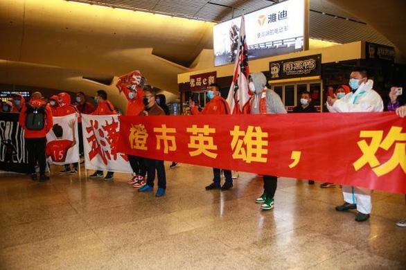 Đội  bóng Vũ Hán trở về nhà sau hơn 100 ngày mắc kẹt ở nước ngoài - Ảnh 2.