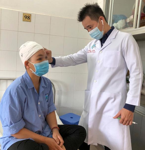 Một phụ nữ bị máy cắt rau tự chế cuốn hết da đầu - Ảnh 1.