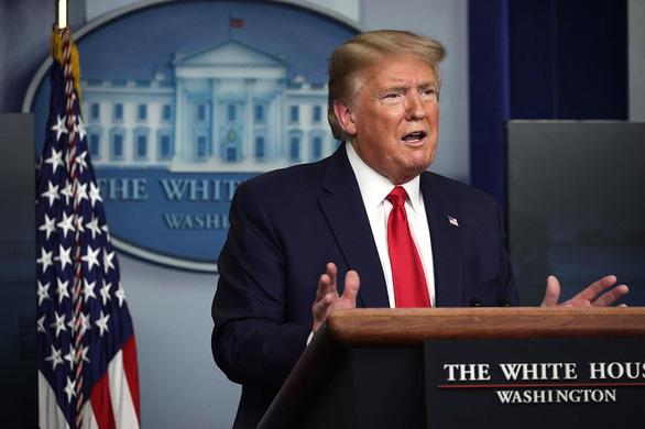 Ông Trump tuyên bố sẽ 'tạm dừng nhập cảnh vào Mỹ' vì COVID-19 - Ảnh 1.