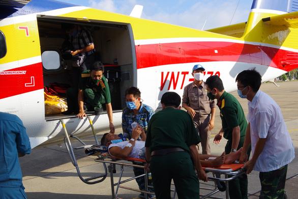 Thủy phi cơ đưa bệnh nhân từ Trường Sa về đất liền cấp cứu - Ảnh 1.