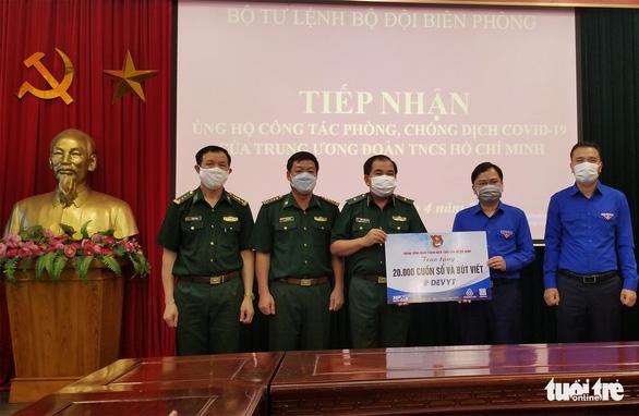 20.000 cuốn sổ tay gửi tặng bộ đội ngày đêm chống dịch nơi biên giới - Ảnh 1.